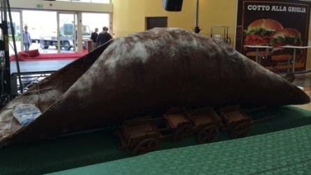 Il mega cannolo di 230 kg esposto a Palermo