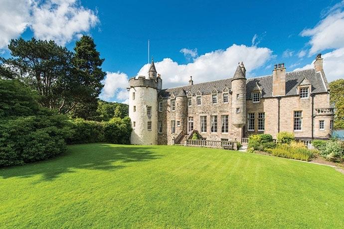 Il Castello Craigcrook è stato costruito nel 1542 ed è sul mercato per la prima volta in 300 anni. Il castello ha tre piani, otto camere da letto, dispone di una torre circolare, soffitti decorati, più caminetti, una cantina e un monolocale con cucina e bagno indipendente.