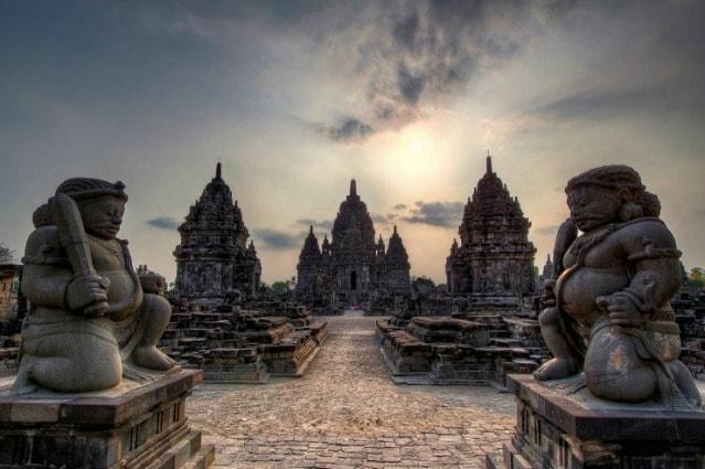 Costruito nel 10° secolo, Prambanan non è un tempio, ma un complesso costituito da 240 templi, dedicati a tre grandi divinità indù, che rappresentano le funzioni cosmiche di creazione, manutenzione, e la distruzione: Brahma, il creatore, Vishnu, il conservatore, e Shiva, il distruttore.