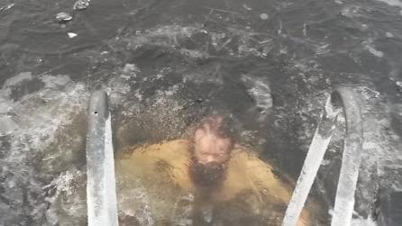 Vede un'anatra in acqua in fin di vita e si butta nel lago ghiacciato per salvarla