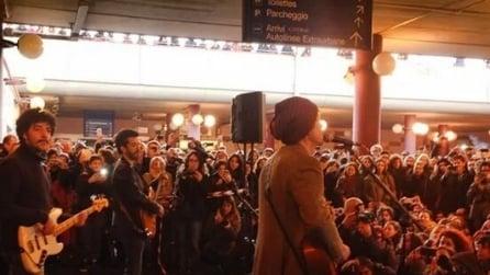 Fabi, Silvestri e Gazzè suonano live alla metro di Roma: il concerto è una sorpresa