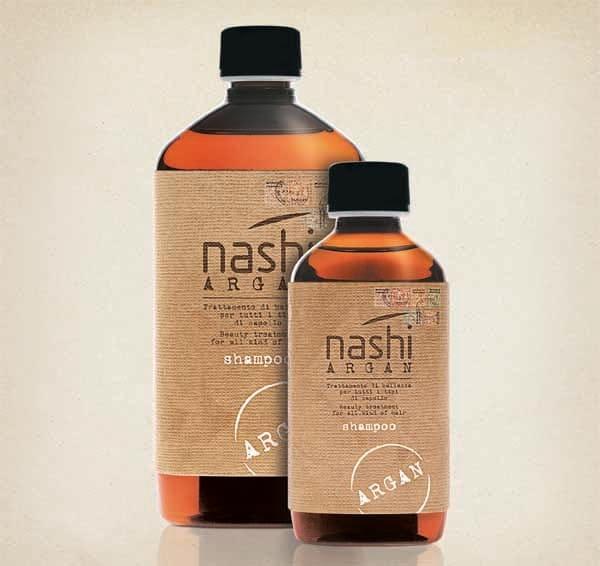 Deterge il capello mantenendo inalterato il livello dell'acqua presente all'interno evitando l'effetto crespo.