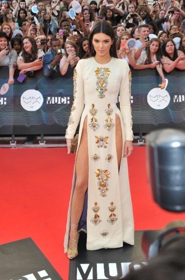La sorellina di Kim Kardashian arriva sul red carpet dei Much Musci Awards con un lungo abito di Fausto Puglisi