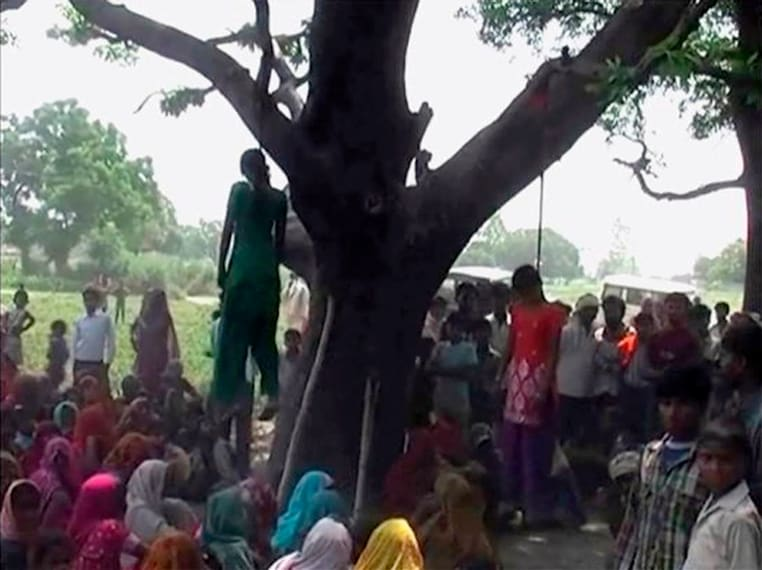 india, villaggio di Uttar Pradesh, due ragazze vengono trovate impiccate ad un albero dopo un essere state violentate. 28 maggio 2014