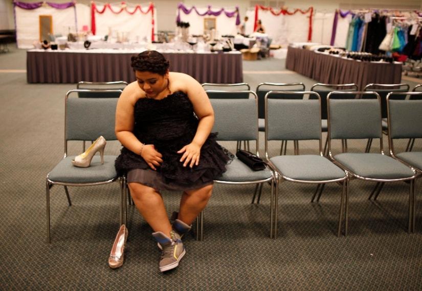 Elemmar Valle, 15 anni, prova il suo vestito per la cerimonia di laurea. Los Angeles, California: 28 marzo 2014