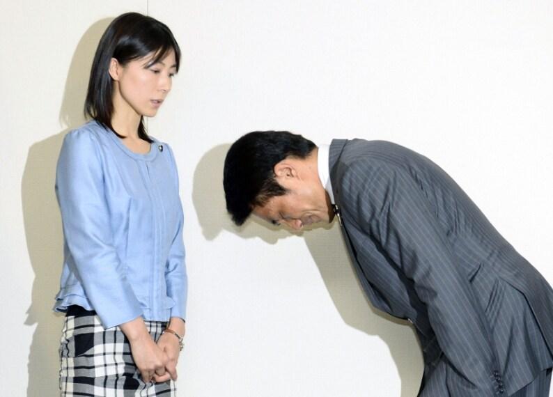 Akihiro Suzuki, legislatore dell'assemblea della città di Tokyo si inchina per scusarsi con il legislatore Ayaka Shiomura al Tokyo Metropolitan City Hall di Tokyo. 23 giugno 2014
