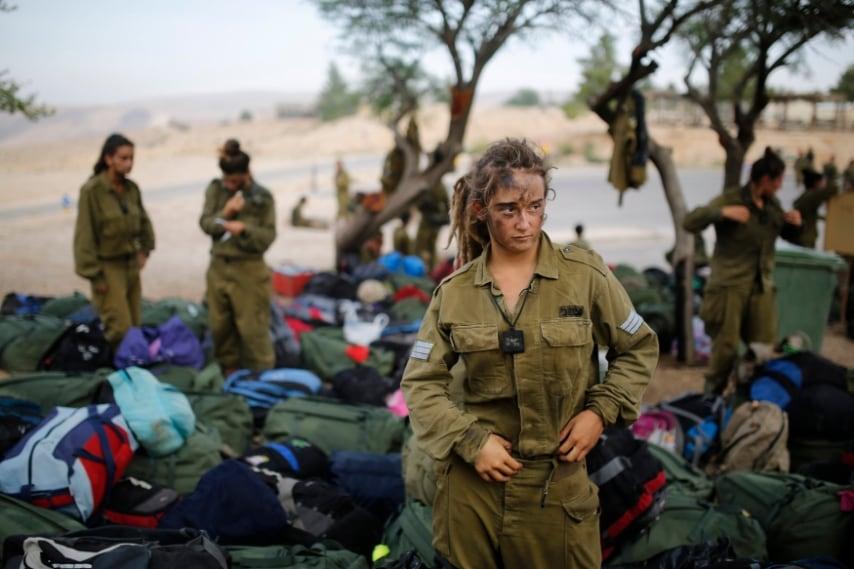 """Soldatessa israeliana del reggimento di """"Caracal"""" dopo 20 km di marcia nel deserto di Negev, vicino Kibbutz Sde Boke. 29 maggio 2014"""