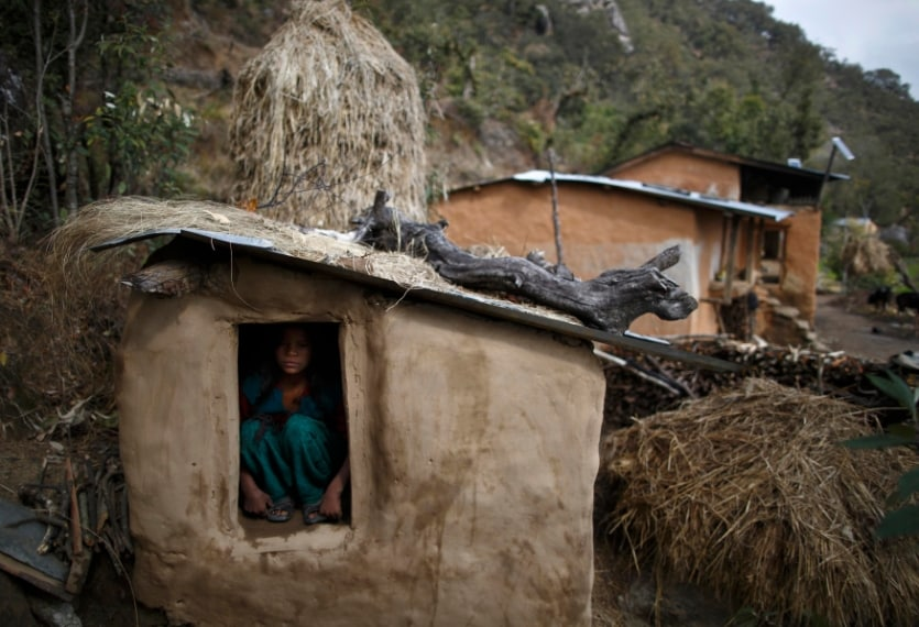 Nepal, colline di Legudsen village. Le donne che praticano il tradizionale Chaupadi devono dormire in queste capanne isolate dagli altri durante il periodo mestruale. 16 febbraio 2014