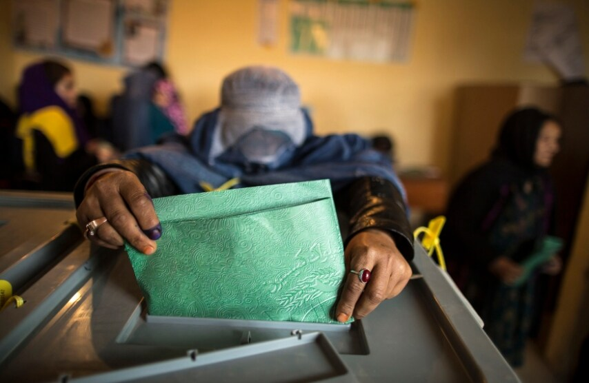 Afghanistan, una donna vota a Mazar-i-Sharif lo scorso 5 Aprile 2014