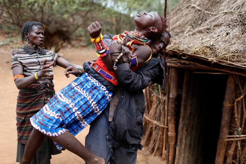 Villaggio di Marigat, Baringo. Una ragazza di etnia pokot tenta di scappare quando realizza di essere stata data in sposa ad un uomo. 7 dicembre 2014