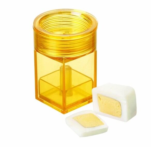 Questo aggeggio fa esattamente quello che dice il suo nome: tagliare le uova sode a forma di cubo.