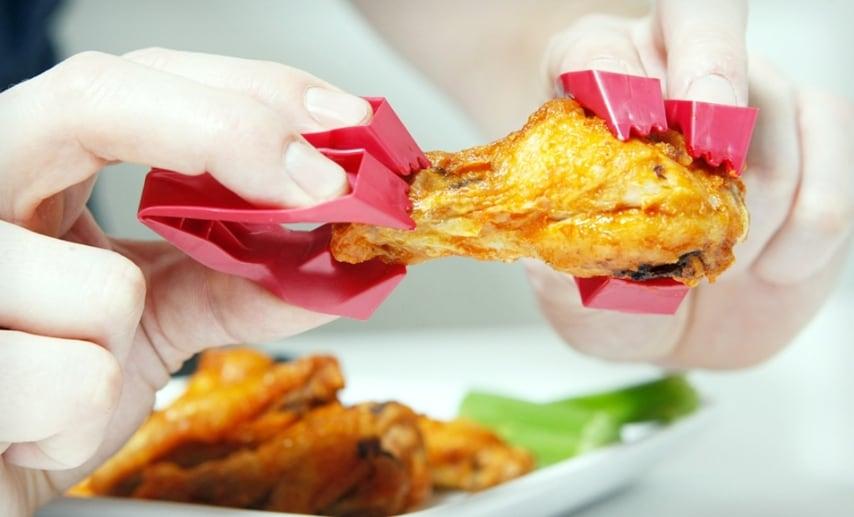 Trongs sono pinzette create dall'azienda di utensili Zenergy, che permettono tutta una serie di operazioni culinarie senza l'incubo dell'unto o della salsa sulle mani come mangiare il pollo fritto senza sporcarsi.