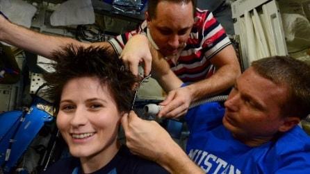 Tagliarsi i capelli in orbita: il nuovo look di AstroSamantha