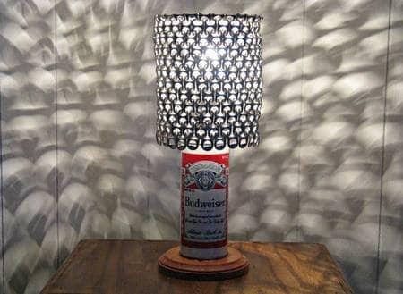 Questa lampada è resa possibile dal recupero sia delle lattine che delle loro linguette.