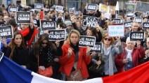 """Parigi urla: """"Je suis Charlie Hebdo"""""""