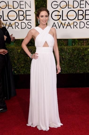 L'abito bianco con top incrociato è bello ma non dona particolarmente all'attrice che peggiora la situazione con una terribile acconciatura. Riprovaci Emily VOTO: 5
