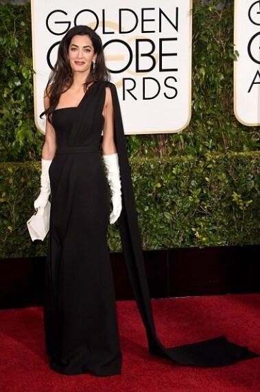 """La moglie di George Clooney sfoggia un abito troppo pesante e """"old"""". Antica. VOTO: 4"""