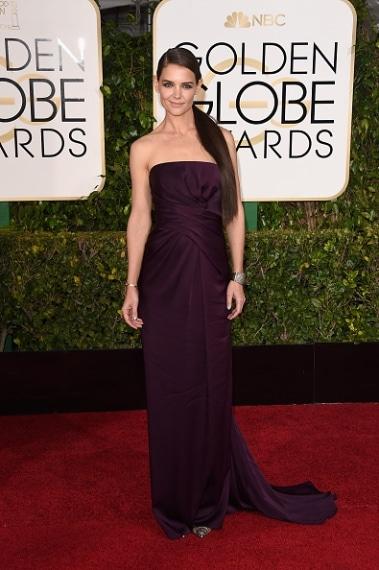 Semplice ed estremamente elegante Katie Holmes appare splendida nel suo abito scuro e con un hair style impeccabile. VOTO: 8 e 1/2
