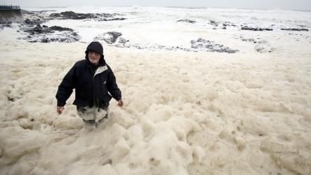 La spiaggia scompare, coperta da schiuma