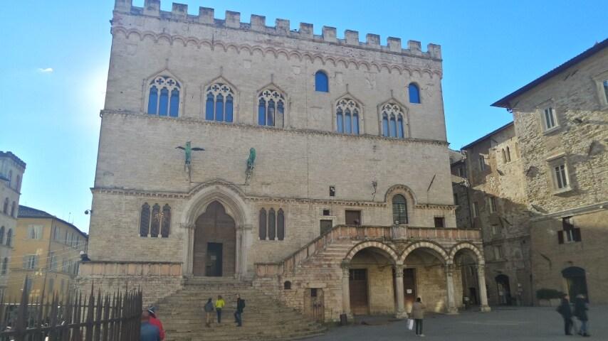 Palazzo medievale che fu residenza della massima autorità politica della città. All'interno si può visitare la Sala dei Notari e la Galleria Nazionale dell' Umbria, un museo fondamentale per l'arte italiana dal XII al XIX secolo con opere di Perugino, Pinturicchio e Piero della Francesca.