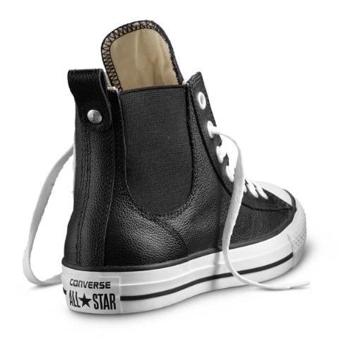 Bianco e nero per le nuove sneakers in pelle, arricchite da inserti elastici e da una nuovissima tomaia alta più versatile e unisex.