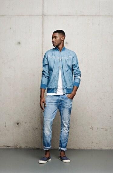 Il Restored Denim nasce dalla riparazione di jeans strappati e usurati, utilizzando tecniche riprese dall'archivio storico del marchio.