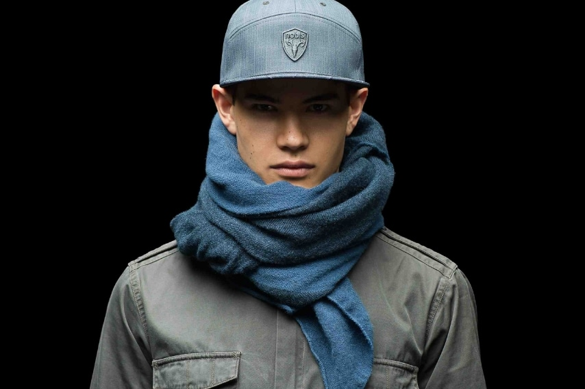 Cappelli con visiera e maxi sciarpe dai colori neutri, ecco gli accessori per l'inverno del marchio Nobis.