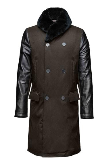 Nobis, il brand canadese specializzato in outerwear e accessori, debutta con la stagione AW15 a Pitti Uomo. Famoso nel mondo per la funzionalità tecnica di alta qualità applicata ad una silhouette in linea con le tendenze moda, il marchio presenta una collezione elegante e di tendenza.