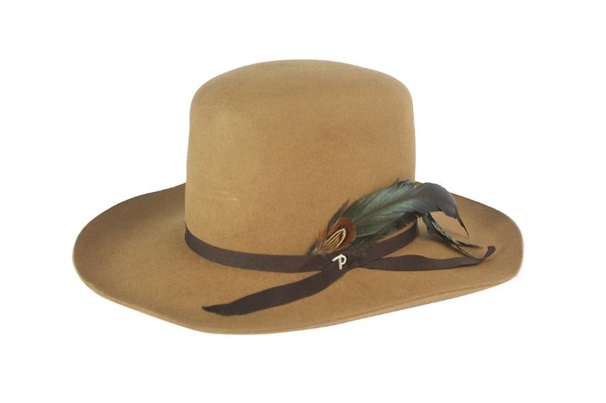 L'originale cappello in feltro con piuma ricorda da lontano quello dei cowboys del vecchio west.