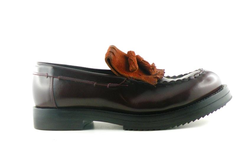 L'inverno per Raparo è un mix di forme, colori e sapori che arrivano dagli anni '70, stravolti dalle sapienti mani di artigiani che con passione trasformano ogni una scarpa in un oggetto del desiderio.
