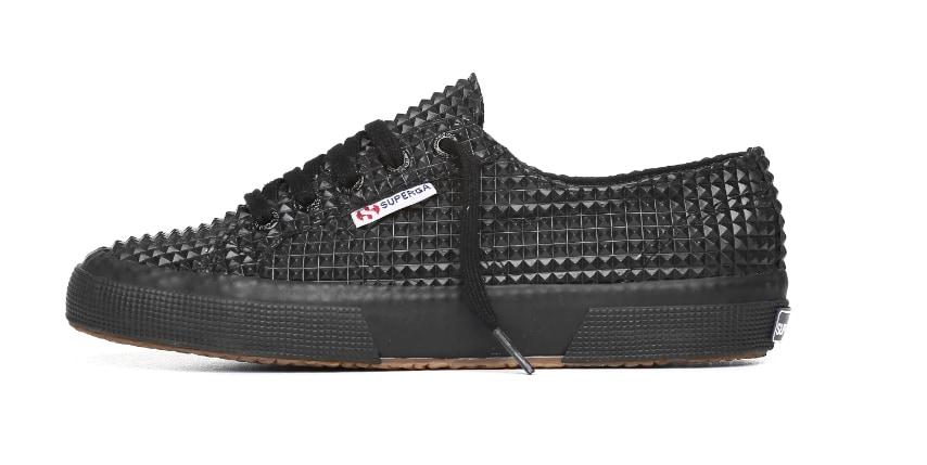 Tra i nuovi modelli Superga per il prossimo inverno spicca la scarpa dal mood Metal con borchie tono su tono applicate.