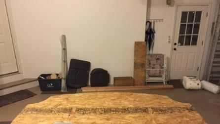 Marito usa pezzo di compensato per abbellire la camera da letto