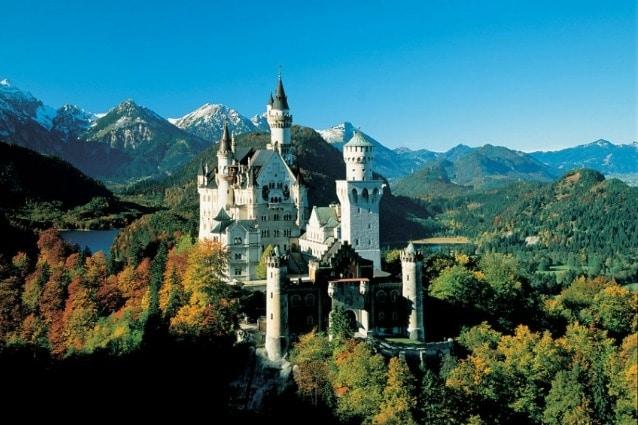 Costruito come l'ultimo rifugio per il re Ludwig II di Baviera nel 1869, il castello era così stravagante che rimase incompiuto dal momento della sua morte. Questa fortezza da favola ha ispirato però il Castello della Bella Addormentata di Disneyland.
