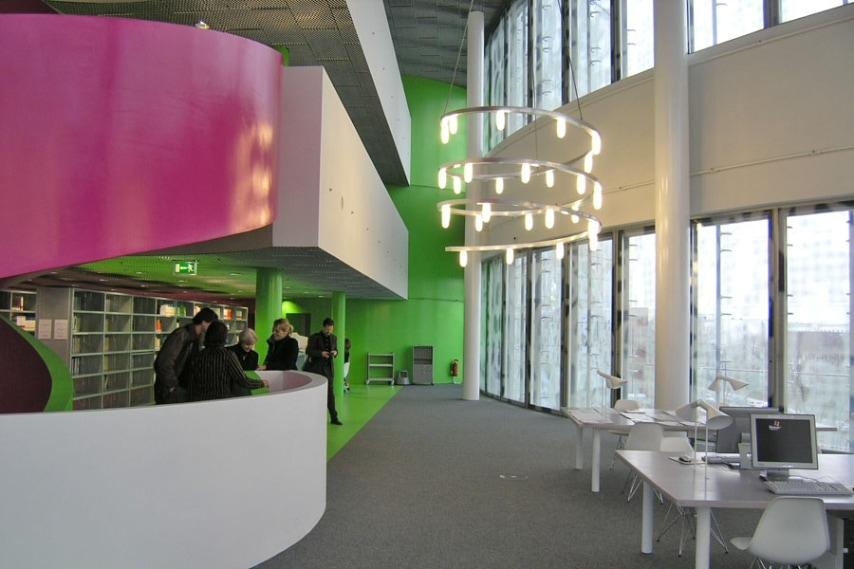 Completata nel 2004 su progetto degli architetti svizzeri Jacques Herzog e Pierre de Meuron, la Biblioteca dell'Università di Cottbus ha una scala a chiocciola super colorata che collega tutti i livelli. Presenta inoltre al suo interno linee a spirale, colori brillanti e spazi originali, che la rendono uno degli edifici più interessanti in Germania.
