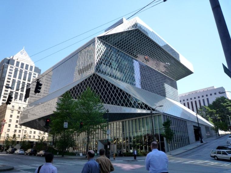 Undici piani di vetro e acciaio per 34.000 metri quadri, la biblioteca di Seattle è stata progettata dall'architetto olandese Rem Koolhaas e inaugurata nel 2004. Alla sua costruzione ha contribuito anche Bill Gates, con una donazione di 20 milioni di dollari.