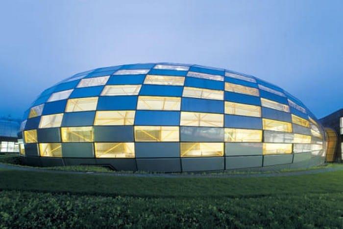 Progettata dall'archistar Norman Foster ha inaugurato nel 2005, diventando uno dei punti di riferimento di Berlino.