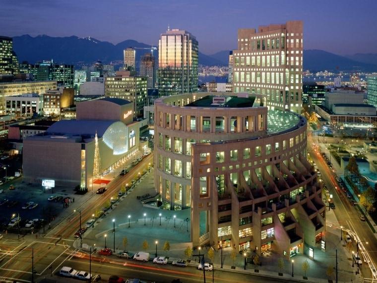 """Considerata nel 2013 la """"migliore biblioteca pubblica del mondo"""" da una ricerca della Heinrich Heine University di Dusseldorf, la Biblioteca Pubblica di Vancouver ricorda all'esterno l'imponenza del Colosseo ma all'interno tutta la grandiosità di uno spazio contemporaneo, progettato nel 1990 dall'israeliano Moshe Safdie."""