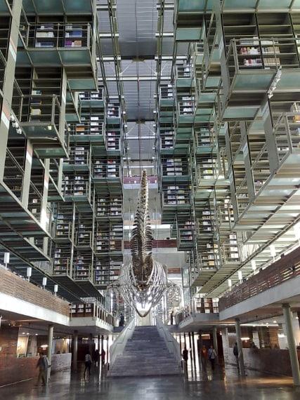 """La Biblioteca """"José Vasconcelos"""", a Città del Messico è una megabiblioteca di 38.000 metri quadri, disegnata dall'architetto messicano Alberto Kalach ed inaugurata nel 2006."""