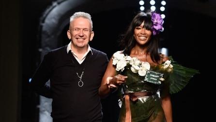 Naomi Campbell sfila coperta di fiori per Jean Paul Gaultier