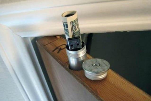 Si può effettivamente creare un ottimo nascondiglio per contanti in cima a qualsiasi porta interna.
