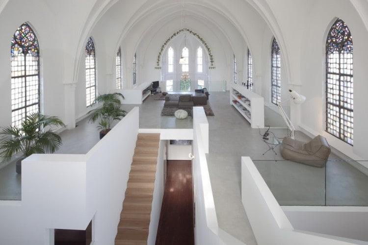 Lo studio con sede a Utrecht, Zecc Architects, ha trasformato una chiesa cattolica costruita nel 1870 in una casa spaziosa.