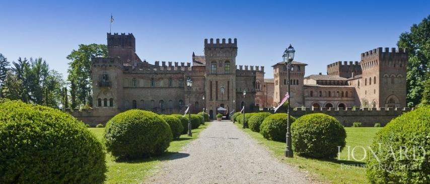 Interamente circondato da mura di origine medievale e protetto dal tipico fossato, questo maestoso castello in vendita in Lombardia è il primo, per dimensioni, dell'intera regione.