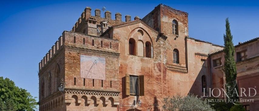"""""""L'attuale aspetto del castello in vendita a Milano è frutto di numerosi interventi architettonici susseguitisi nel corso dei secoli, che hanno mantenuto con grande cura gli aspetti di maggior valore storico e di maggior prestigio della proprietà"""", spiegano sul sito Lionard."""