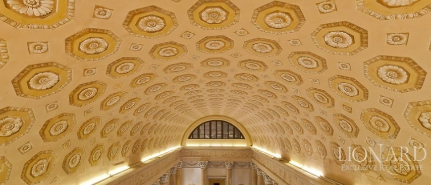 Soffitti affrescati e a volta, imponenti colonne che corrono lungo le pareti delle sale, fregi perfettamente conservati, statue in marmo e pavimenti a mosaico, impreziosiscono questa rarità architettonica.