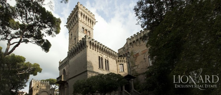 A due passi dalla costa vicino Livorno, questo meraviglioso castello di prestigio dei primi del '900 vanta, oltre ad interni ed arredi lussuosi e intatti, un un accesso diretto e privato al mare.