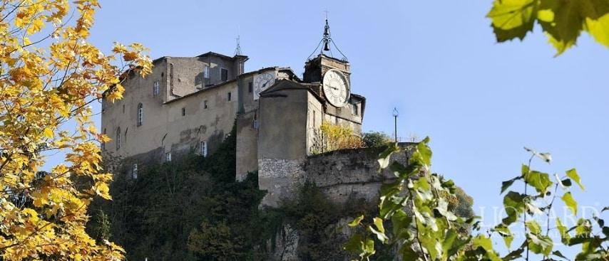 L'Antico castello medievale in vendita a pochi chilometri da Roma è un immobile di prestigio costruito su una rocca del XI secolo, trasformato da fortezza a villa di lusso.