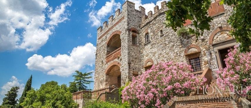 Situato su un'altura al di sopra della valle dell'Arno, a pochissimi chilometri da Firenze, questa imponente residenza domina le strade che conducono al prestigioso capoluogo toscano.