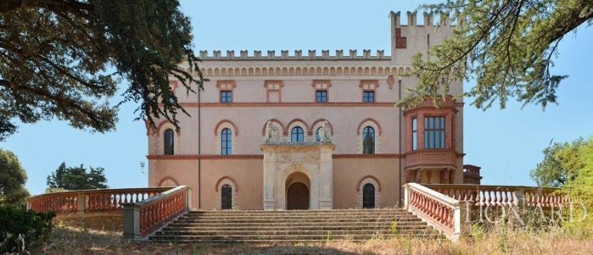 Situata a pochi minuti dalla centrale Perugia, con una splendida vista panoramica sulla città, sul monte Subasio e sulla limitrofa Assisi, questa villa di lusso in vendita probabilmente risale alla prima metà dell'800.