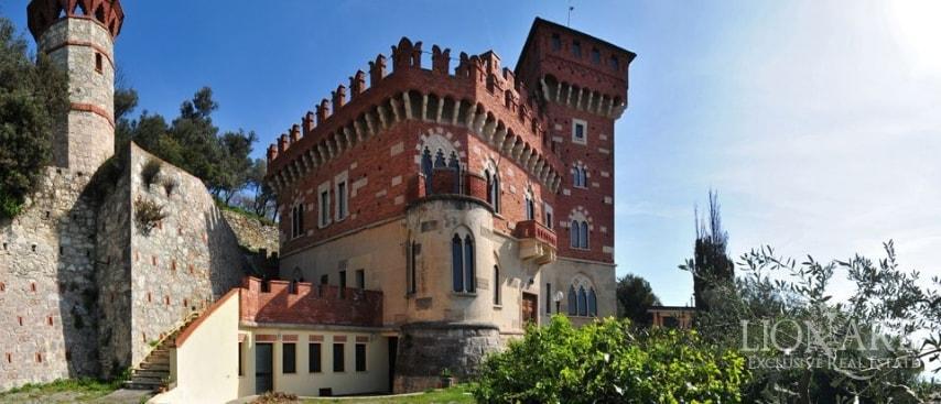 In una posizione dominante, proprio in cima ad una collina soleggiata, sorge quest'imponente castello che gode di una meravigliosa vista mozzafiato sul golfo ligure. Nonostante la costruzione dell'edificio sia avvenuta tra il 1936 ed il 1941, esso richiama lo stile delle dimore storiche in Liguria nonchè degli antichi castelli medievali.
