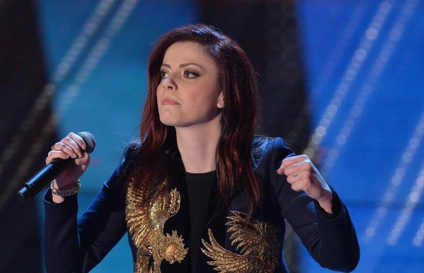 La giovane cantante per questa edizione del Festival dice addio agli abitini bon ton e sul palco si presenta con un'inedita immagine glam rock che convince.